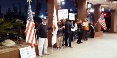 ▲ LA 애국동포들이 21일 옥스포드 팔레스 호텔앞에서 시위를 벌이고 있다.