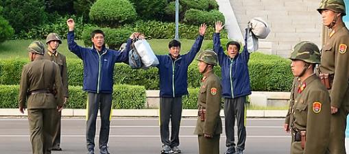 ▲ 2013년 조난으로남측해에서구조된 북한 어부 3명이 판문점을 통해 송환되었다.
