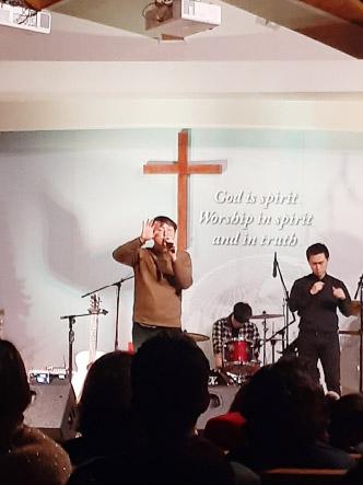 ▲ 싱어송 라이터 김복유(왼편)가 성경을 동화처럼 노래하고 있다.
