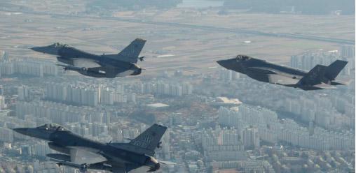 ▲ 미공군 전략기들이 한반도 상공에서 전략 비행을 하고 있다.