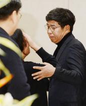 ▲ 백원우 전 청와대 민정비서관이 3일 오전 서울 서초구 서울성모장례식장에 마련된 빈소를 찾아 조문하고있다.