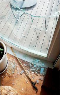 ▲ 이이명희고문의 평창동 저택 -데크쪽 파손된 창문아래 누군가 유리창을 깨는데 사용한 것으로 보이는 벽난로용 불쏘시개가 놓여있다.