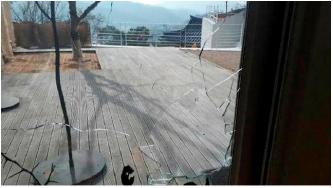 ▲ 이명희 고문의 평창동저택- 데크쪽 유리창이 파손된 상태.