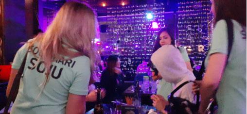 ▲ 매주마다 타운 술집을 방문하면서 한국 소주를 홍보하는 여성 그룹들