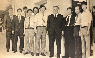 ▲창업자 고 장기영 사주는 74년 LA지사를 방문해 격려했다.(가운데 좌측은 장재구, 중앙은 고 장기영사주