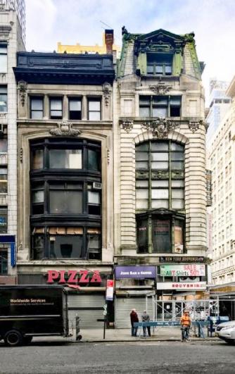 ▲ 삼성전자 대형건물 신축설이 나도는 부동산의 2015년 모습, 맨해튼 5애비뉴선상의 이 5층건물은 코리아타운의 초입으로 기념품가게가 자리잡고 있었다.