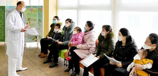 ▲ 노동신문에 소개된 최근 평양의 한 병원에서 의사가 환자들에게 주의를 주고 있다.