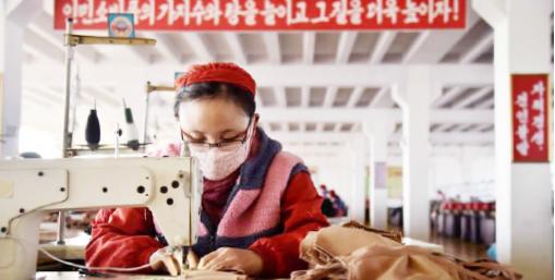 ▲ 북한 작업장에서 여성 근로자가 마스크를 쓰고 작업하고 있다.