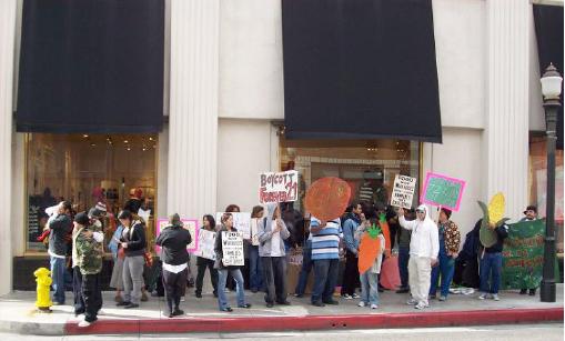 ▲ 포에버21 보이콧 운동에 참여한 시민들( 출처Boycott Forever 21 for Supporting Forced Labor 페이스북)