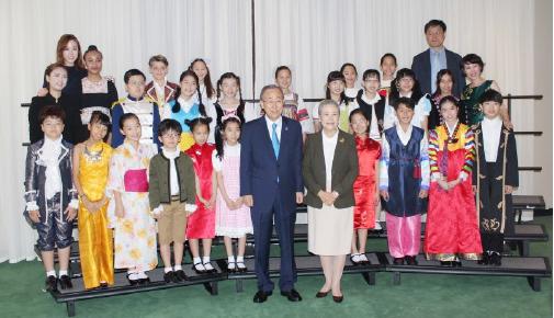 ▲ 레인보우합창단과 함께 한 반기문유엔사무총장 내외, 뒤쪽 오른쪽에서 2번째 남성이 김성회 단장