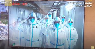 ▲ 우한 후오센산병원 전염5과 제2병동의료진들은 시진핑의 격려를 받은뒤 거수경례로 답하고 있다.