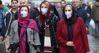 ▲ 이란의 수도 테헤란 시내 마스크를 쓴 시민들이 걸어가고 있다.