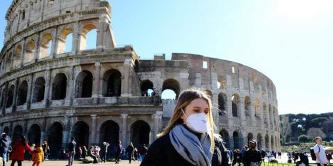 ▲ 로마의 명소 콜리세움 앞에서 마스크를 쓴 여인이 지나고 있다.