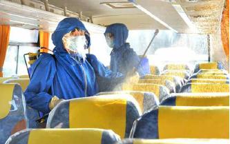 ▲북한에서 사망자는 단순 폐렴이라며 기내 방역을 실시하고 있다.