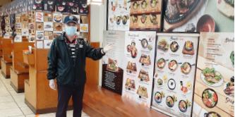 ▲ 아라도 식당 김용호 사장이 메뉴판을 설명하고 있다.