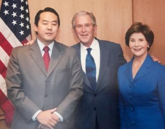 ▲ 자유조선의 리더 애드리언 홍이 백악관에서 조지 W. 부시 대통령 부부와 만날때 모습.