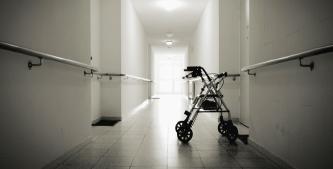 """▲ 연방정부 양로병원 가사보고서(위) 양로병원이 집단사망에 새로운 """"진앙지""""가 되고 있다."""