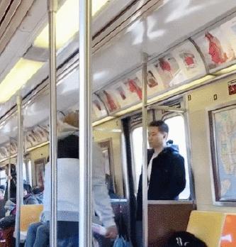 ▲ 뉴욕시 지하철 안에서 흑인 남성이 아시안 남성에게 다른곳으로 가라며 소리를 지르고 있다.