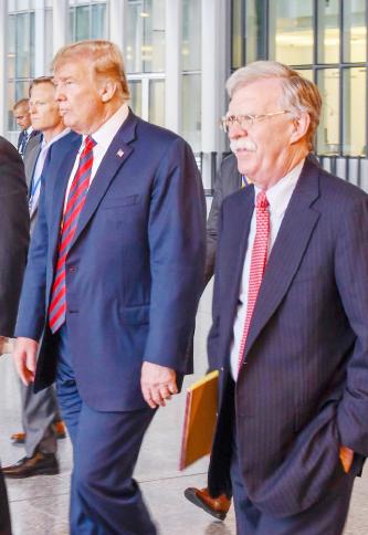 """▲ 볼턴 보좌관(오른편)은 트럼프 대통령과 1년 6개월동안 지냈으나 회고록 출판으로 """"배신자""""소리를 듣고 있다."""