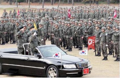 ▲우오현 SM그룹회장은 지난해 11월 12일 육군30사단에서 별 두개가 달린 베레모를 쓰고 군복을 입은채 오픈카를 타고 사열을 받음으로써 명예사단장 임명 훈령을 위반하고 과도한 대우를 받았다는 논란이 일고 있다.