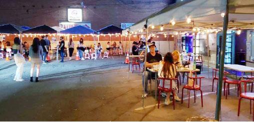 ▲ 야외식당들이 일부 고객들에게 식사 기회를 주지만 일부에서 전염성이 강한 코로나를 우려하고 있다(사진은 기사 내용의 특정사실과 직접 관련이 없음)