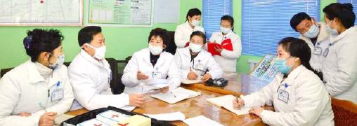 ▲ 북한 병원에서 의료진들이 질병관리를 토론하고 있다.