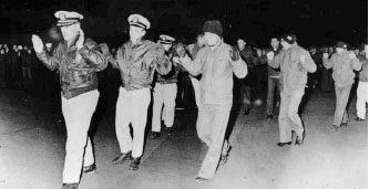 ▲ 북한은 1968년 나포한 푸에불로호 승조원들을 평양으로 소송하는 모습을 전세계에 타전했다.