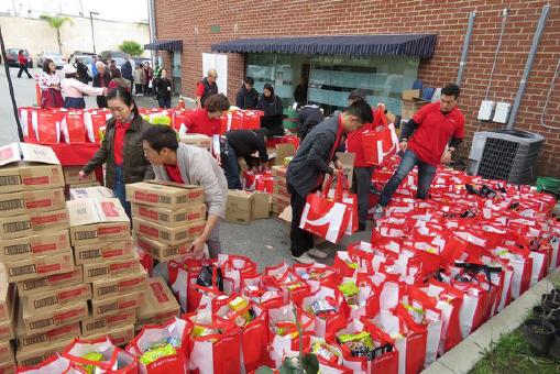 ▲ LA한인회 요원들이 불우 동포들에게 배포할 구호품들을 정리하고 있다.
