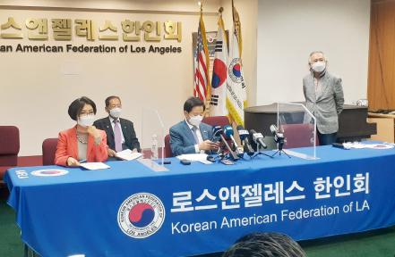 ▲ LA한인회의 로라 전 회장(왼쪽)과 제임스 안 이사장(중앙)이 선거관계를 밝히고 있다.