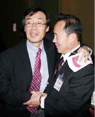 ▲ 세인트루이스 한인회 선거 승자 이계송 후보(왼쪽)에게 낙선자 유귀종씨가 축하 포옹을 하고 있다.