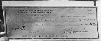 ▲ 로캐시측은 뉴욕주 퀸즈카운티지방법원에 제출한 증거 - 최변호사는 지난 6월 19일 로캐시측에 2백만달러 수표를 발행했으나 정상지급되지 않은 것으로 드러났다.