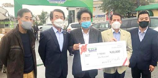 ▲ 한양마트 한택선회장 (왼쪽서 세번째)은 지난 10월 20일 21 희망재단에 만달러를 전달했다.
