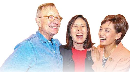 ▲ 미셀 박 스틸 당선인(중앙)이 남편과 동료 영김 후보로 부터 인사를 받고 기뻐하고 있다.