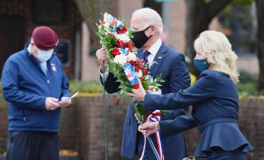 ▲ 바이든 당선인 부부가 재향군인의 날에 한국전 기념비에 헌화하고있다.