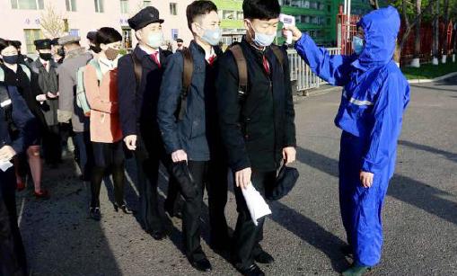 ▲ 북한 평양에서도 발열 검사가 실시되고 있다.