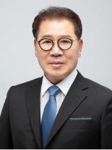 ▲'새로운 성경'의 대역자 김용철 회장.
