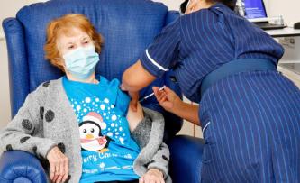 ▲ 8일(현지 시각) 영국 코번트리 대학 병원에서 90세의 마거릿 키넌 할머니가 코로나19 백신 접종 '세계 1호' 주인공이 됐다.