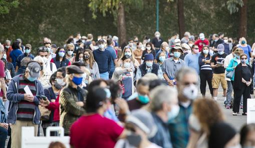 ▲ 백신 접종 대기자들이 OC디즈니랜드 광장에 모여들고 있다.