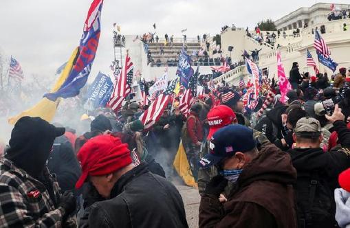 ▲ 트럼프대통령이 선동한 국회의사당 폭거로 미국 민주주의의 종말이 시작되고 있다.