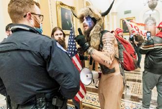 ▲음모론에 빠져든 트럼프 지지자들이 의사당을 습격하고 있다.