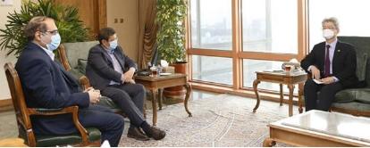 ▲ 유정현 이란대사가 지난달 22일 이란주재 한국대사관에서 이란정부 측 관계자를 만나 동결자산 해제에 대한 협의를 하고 있다.