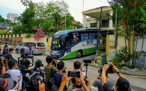 ▲ 말레이시아 정부 철수 명령으로 직원을 태운 버스가 21일 공관을 떠나 공항으로 향하고 있다.