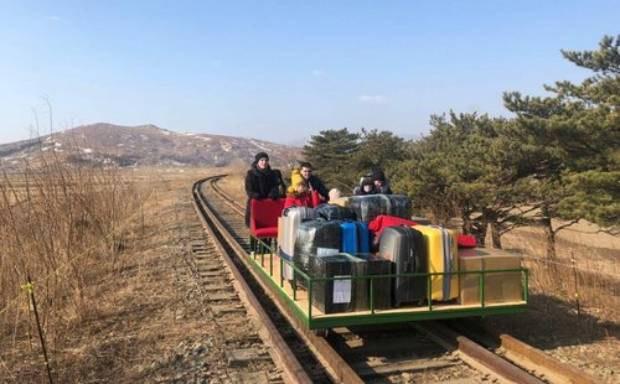 ▲ 지난 2월 말 코로나바이러스로 봉쇄된 북한 국경을 철길수레로 넘고 있는 러시아 외교관들과 가족들.