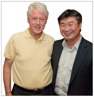 ▲ 카네기 멜론대를 졸업한 이정훈 삼창기업이 지난 2010년 8월 클린턴재단으로 부터 글로벌리더 19인에 선정됐다고 밝혔다. 우측이 이정훈사장