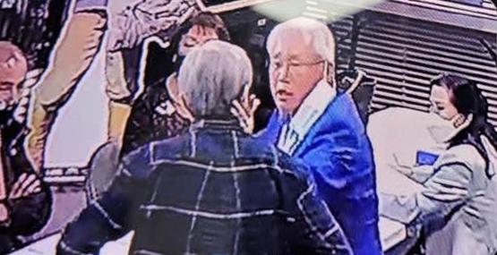 ▲ 기념재단측은 권 전이사(중앙)가 최이사(뒷모습)의 뺨을 때리는 CCTV 사진을 증거로 제시했다.