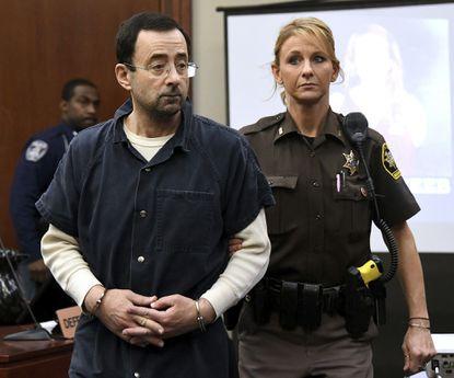▲ 성범죄로 기소된 래리 나사르 의사(왼편)