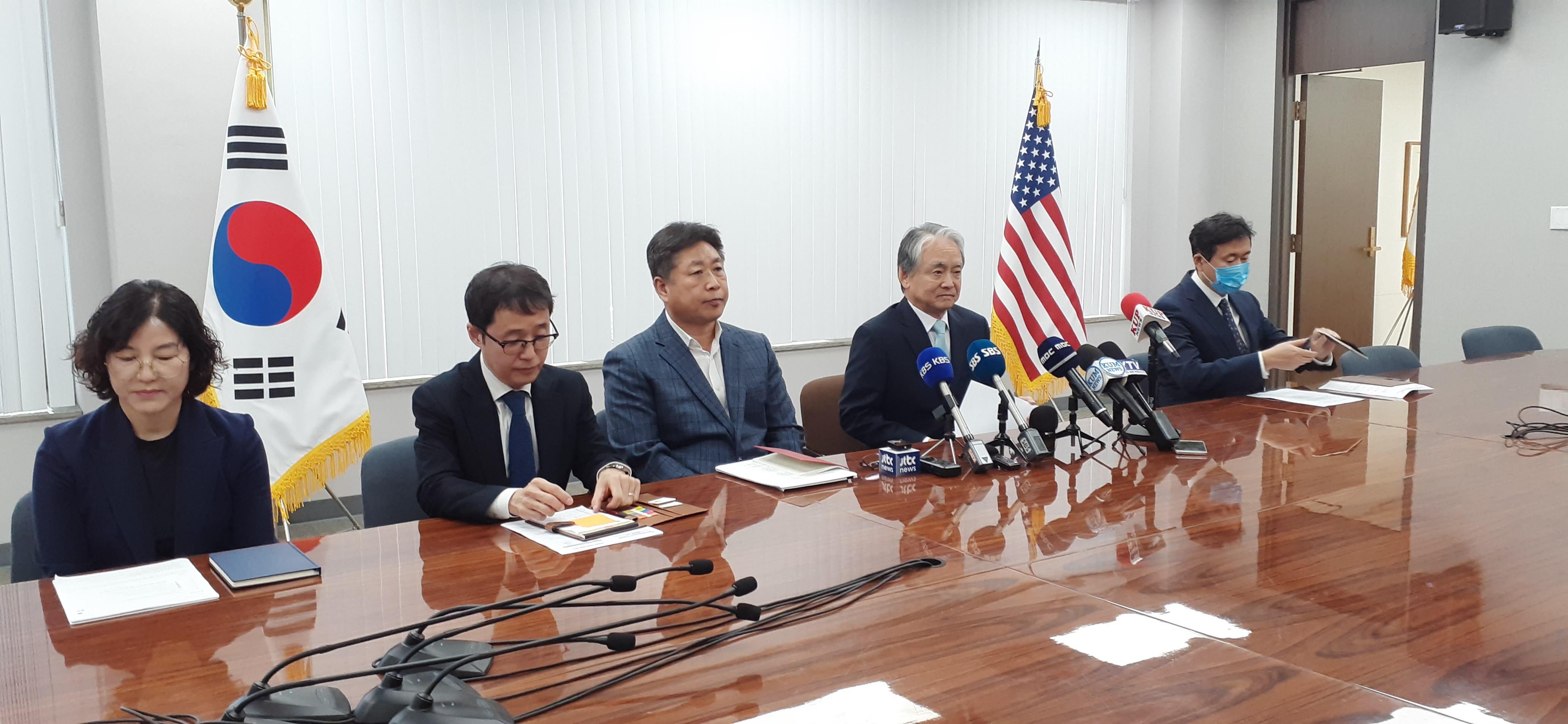 ▲ 박경재 LA총영사(오른쪽 두번째) 등 관계자들이 격리면제 관련 기자회견.