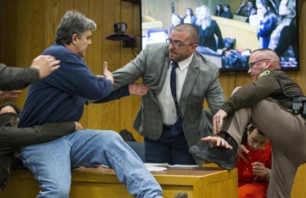 ▲ 나사르 의사의 성범죄 재판에서 피해자 아버지(왼쪽)가 거세게 항의하고 있다. 나사르는구석에서 피하고있다.