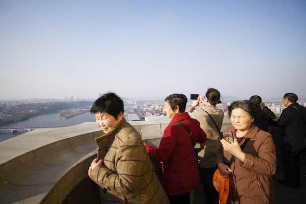 북한 주체탑 관광객