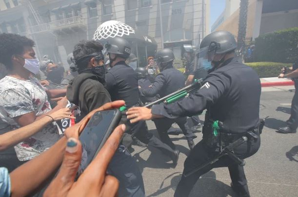 ▲ 경찰이 폭력사태를 유발한 시위대를 통제하고 있다.